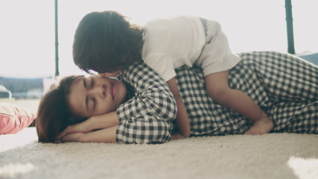 Mutter und Baby küssen auf Bett