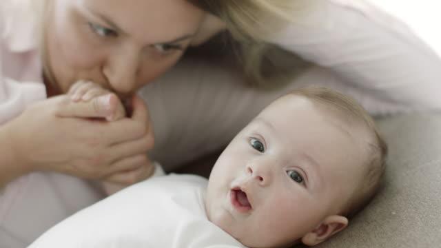 mutter und baby hinlegen und zeit miteinander zu verbringen - männliches baby stock-videos und b-roll-filmmaterial