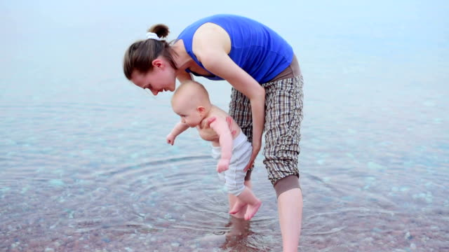 mutter und kind am strand das meer - halten stock-videos und b-roll-filmmaterial