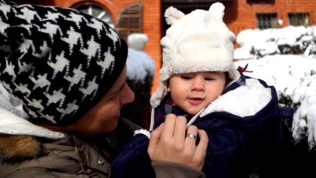 Mutter und Baby im Freien an kalten Wintertagen