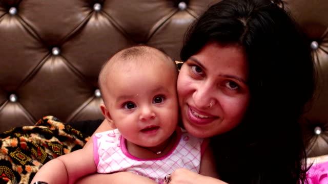 vídeos y material grabado en eventos de stock de retrato sonriente de madre y bebé - 6 11 meses
