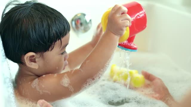 vidéos et rushes de mère et bébé, prendre un bain - prendre un bain