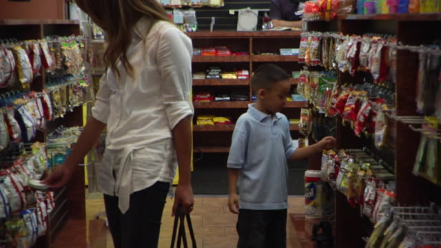 vídeos de stock, filmes e b-roll de ms mother and boy shopping in convenience store/ brooklyn, ny - loja de conveniência