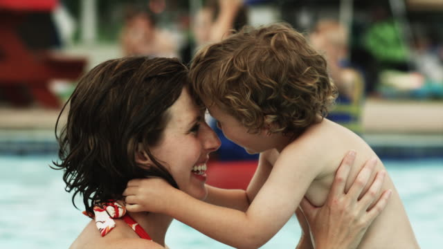 stockvideo's en b-roll-footage met mother and child at a water park - eskimokus geven