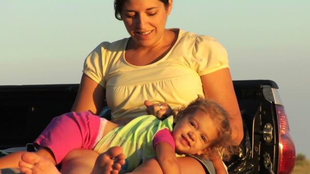 vidéos et rushes de mère et enfant de soirée au coucher du soleil - chatouiller