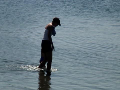 mutter und kind, die wasser, strand - gemeinsam gehen stock-videos und b-roll-filmmaterial