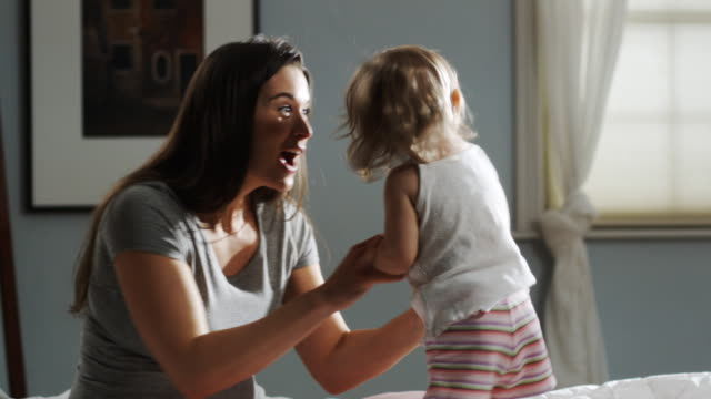 vídeos de stock, filmes e b-roll de mother and child on a bed - quarto de dormir