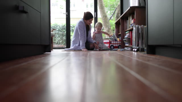 vídeos de stock e filmes b-roll de mother and child playing together on floor - filha