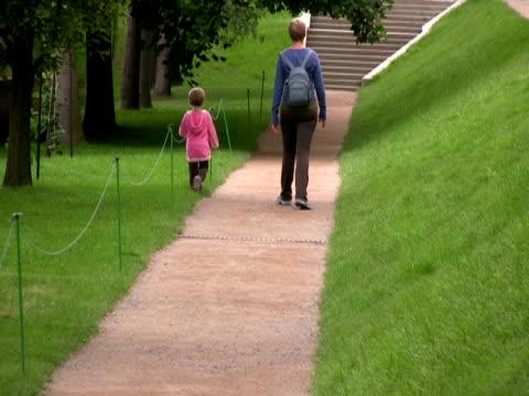 mutter und kind, walking im park - gemeinsam gehen stock-videos und b-roll-filmmaterial