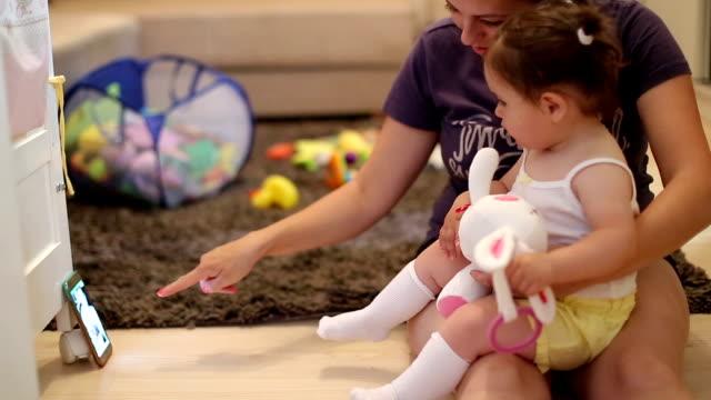 vídeos y material grabado en eventos de stock de madre e hijo viendo smartphone, hacer una llamada de video - en el regazo
