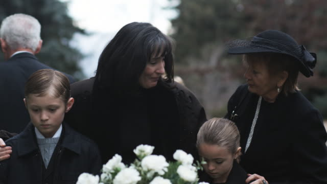 vidéos et rushes de mother and children at a funeral - funérailles