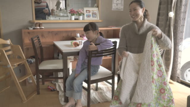 mother and children enjoying in the room - 手提 個影片檔及 b 捲影像