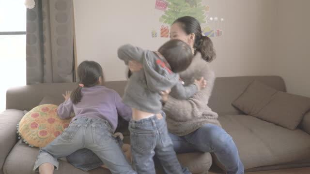 mother and children enjoying in the room - 4人点の映像素材/bロール