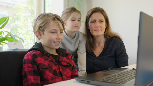 mother and children with laptop - 45 49 år bildbanksvideor och videomaterial från bakom kulisserna