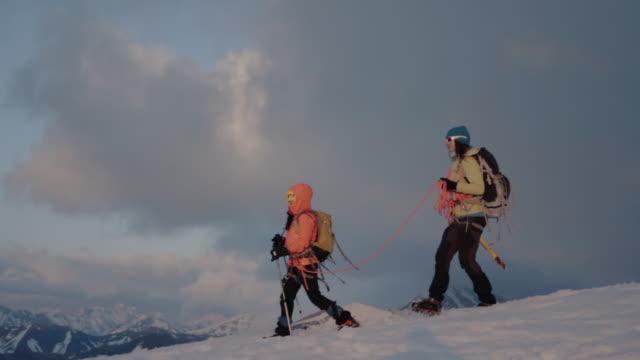 冬の母と娘のアルピニスト上昇山、夕日の照明 - 全身点の映像素材/bロール