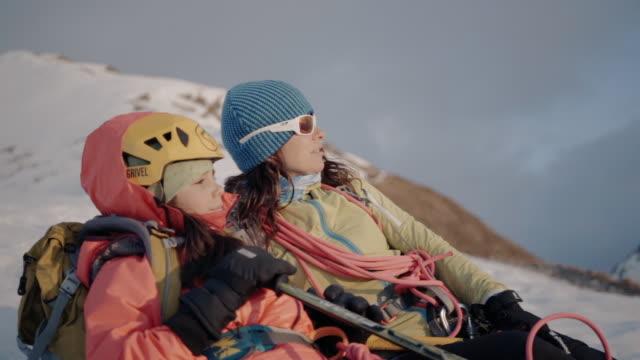 mutter und tochter alpinisten genießen blick auf dener sonnenuntergang auf dem berg - seil stock-videos und b-roll-filmmaterial
