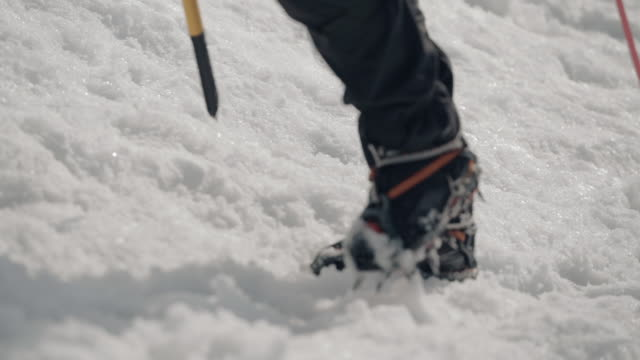 vídeos de stock e filmes b-roll de mother and daughter alpinists hike up snowy mountain in winter - bota
