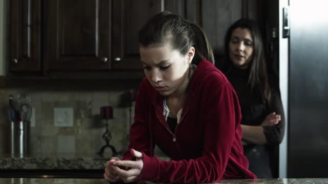 ms r/f mother and daughter (8-9) arguing in kitchen / orem, utah, usa - 30 34 ��r bildbanksvideor och videomaterial från bakom kulisserna