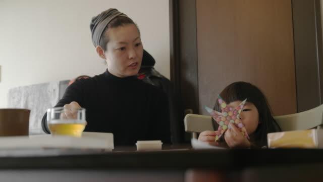 家で母と娘。 - シングルマザー点の映像素材/bロール