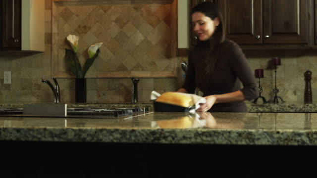 ms tu mother and daughter (9-10) baking in kitchen / orem, utah, usa - orem bildbanksvideor och videomaterial från bakom kulisserna
