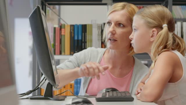 ds 女性と少女のコンピューターでネットサーフィンをライブラリー - 公共図書館点の映像素材/bロール