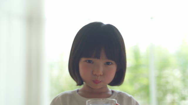 mother and daughter, child drinking milk - kindertag stock-videos und b-roll-filmmaterial