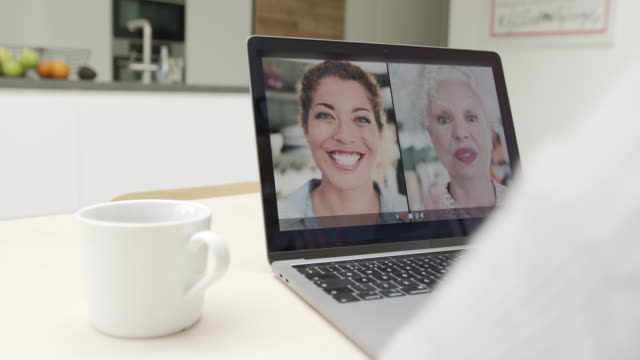 vidéos et rushes de mother and daughter connection trough video call on laptop at home during lockdown - webcam