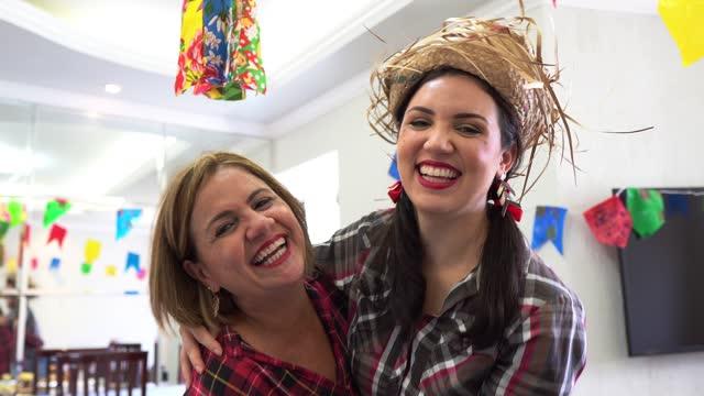 vídeos de stock e filmes b-roll de mother and daughter dancing at festa junina - dança quadrada