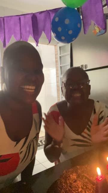 Mère et descendant faisant un appel vidéo à la partie de distance d'anniversaire - POV de la caméra mobile