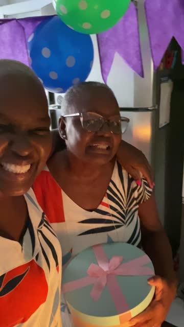 stockvideo's en b-roll-footage met moeder en dochter die een videovraag op mobiele telefoon bij de partij van de verjaardagsafstand doen - genomen met mobiel apparaat