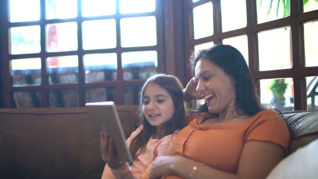 vídeos de stock, filmes e b-roll de mãe e filha fazendo uma chamada de vídeo - sentir a falta emoção