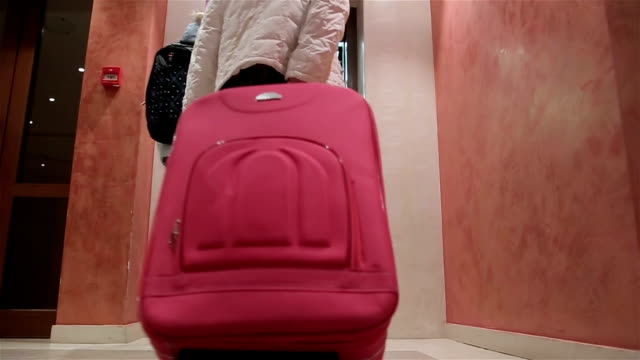 vídeos y material grabado en eventos de stock de madre e hija arrastren su maleta en el hotel, lanzamiento de estabilización de cámara - maleta