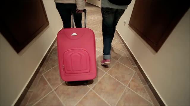 vídeos y material grabado en eventos de stock de madre e hija arrastren su maleta en el hotel, lanzamiento de estabilización de cámara - alojamiento y desayuno