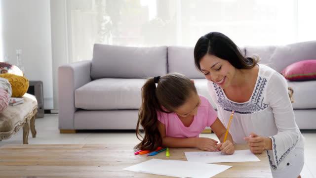 vidéos et rushes de mère et fille dessinant à la maison - loft apartment
