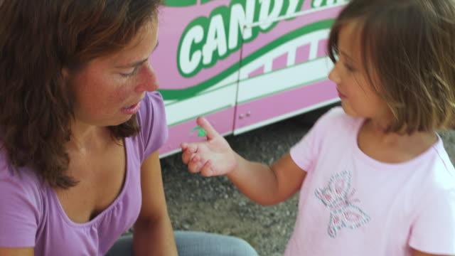 vídeos y material grabado en eventos de stock de ms mother and daughter (4-5) eating cotton candy at state fair / rutland, vermont, usa - golosina