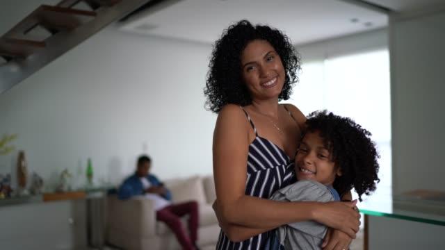 vídeos de stock e filmes b-roll de mother and daughter embracing at home - portrait - américa latina