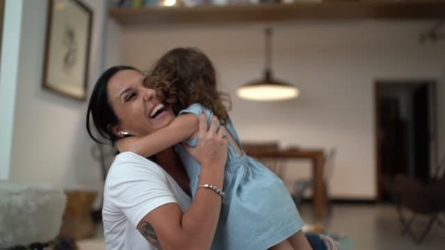 vídeos de stock, filmes e b-roll de matriz e filha que abraçam em casa - criança pequena