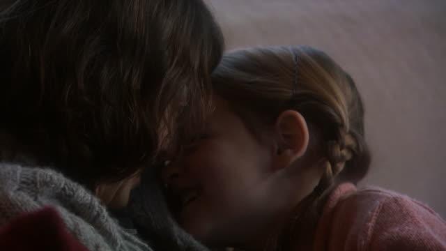 stockvideo's en b-roll-footage met a mother and daughter embracing - eskimokus geven