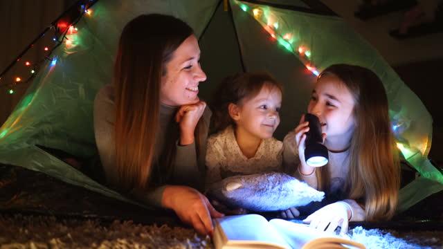 madre e figlia che si godono in tenda di casa - letteratura video stock e b–roll