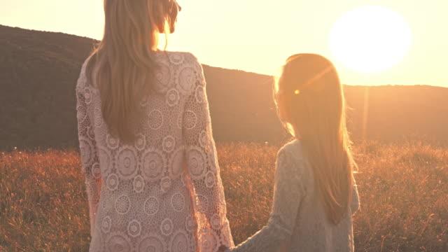 母と娘の夕日をお楽しみいただけます