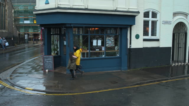 vídeos de stock, filmes e b-roll de mother and daughter entering cafe - norfolk east anglia