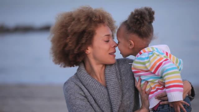 stockvideo's en b-roll-footage met cu mother and daughter (2-3) eskimo kissing and hugging on virginia beach / virginia, usa - eskimokus geven