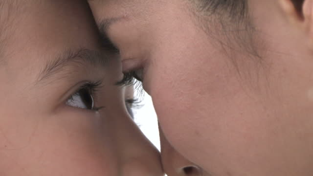 zo mother and daughter gazing at each other, forehead to forehead - 向かい合わせ点の映像素材/bロール