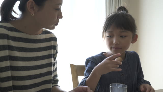 mother and daughter have a coffee break in the room - 屋内点の映像素材/bロール