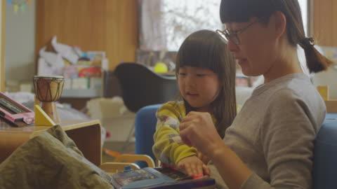 vídeos y material grabado en eventos de stock de madre e hija divirtiéndose en casa. - vida sencilla