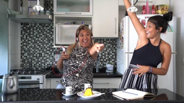 vídeos de stock, filmes e b-roll de matriz e filha que têm o divertimento junto ao dançar na cozinha - família monoparental