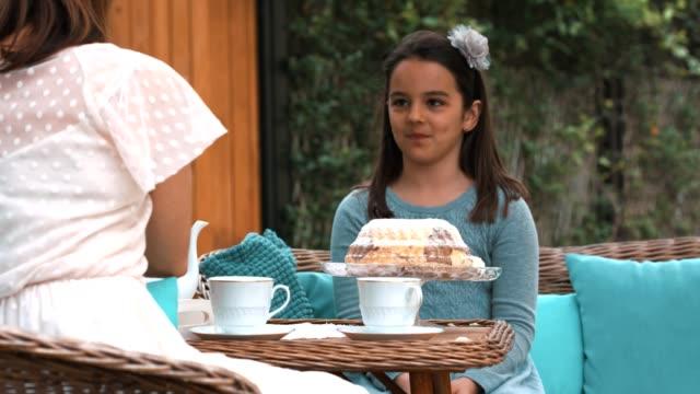 vídeos de stock, filmes e b-roll de mãe e filha com chá - tea party
