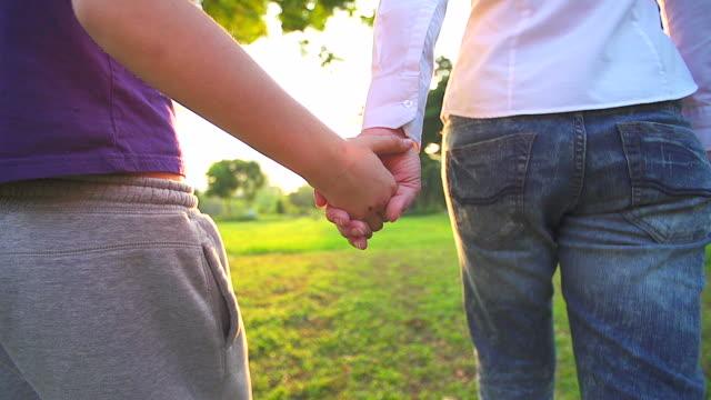 HD: Mutter und Tochter gemeinsam Hand in Hand im Sommer Tag im freien