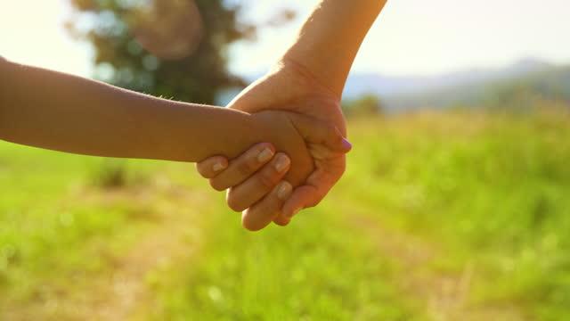 vídeos de stock, filmes e b-roll de slo mo ts mãe e filha de mãos dadas enquanto caminhavam na natureza ensolarada - de mãos dadas
