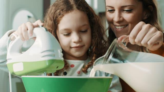 vídeos de stock, filmes e b-roll de mãe e filha na cozinha - segurar